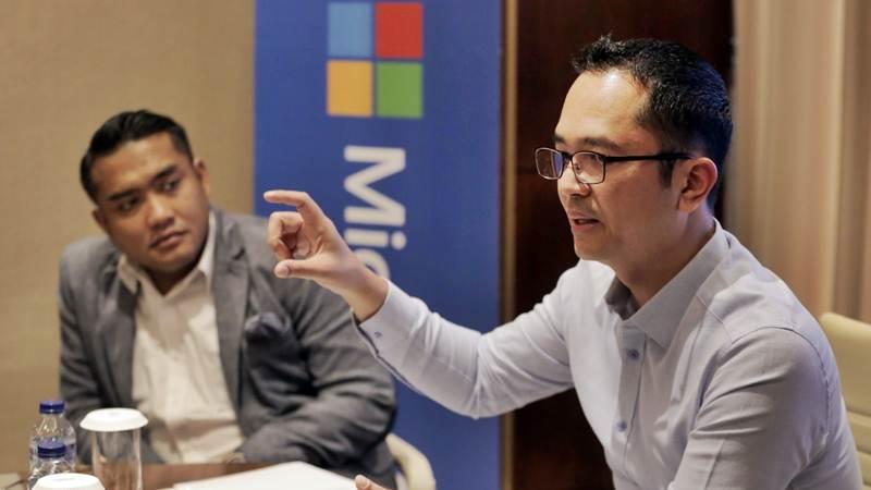 Presiden Direktur Microsoft Indonesia Haris Izmee (kanan) dan Director of Corporate, External, Legal & Affairs Reza Topobroto memberikan paparan dalam media briefing di Jakarta, Selasa (12/3/2019). - BisnisFelix Jody Kinarwan