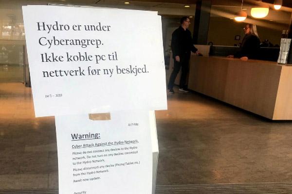 Tanda yang memperingatkan karyawan untuk tidak menghubungkan perangkat ke jaringan setelah serangan siber terlihat di markas besar produsen aluminium Norsk Hydro di Oslo, Norwegia 19 Maret 2019.  - REUTERS