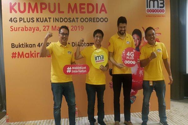 Head of Region East Java Bali Nusra (EJBN) Indosat Ooredoo, Soejanto Prasetya (kiri) dan Chief Sales and Distribution Officer Indosat Ooredoo, Hendri Mulya Syam (kedua kiri) saat menggelar Media Gathering di Surabaya, Rabu (27/3/2019). - Bisnis/Peni Widarti