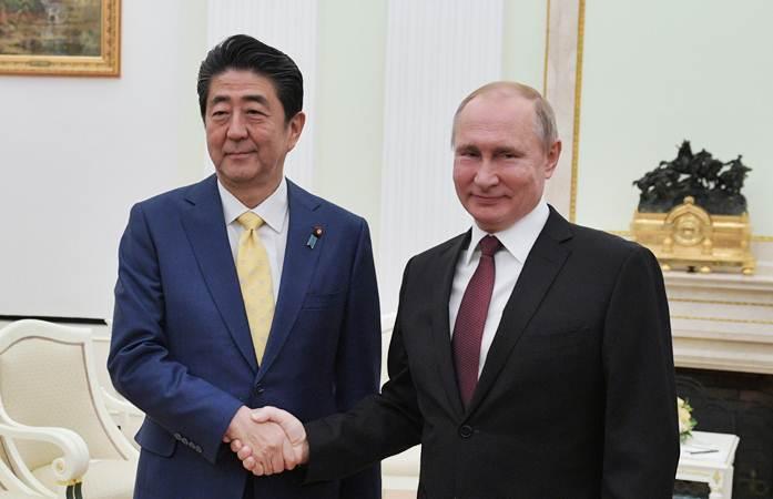 Presiden Rusia Vladimir Putin (kanan) berjabat tangan dengan Perdana Menteri Jepang Shinzo Abe, di Moskwa, Selasa (22/01/2019). - Reuters