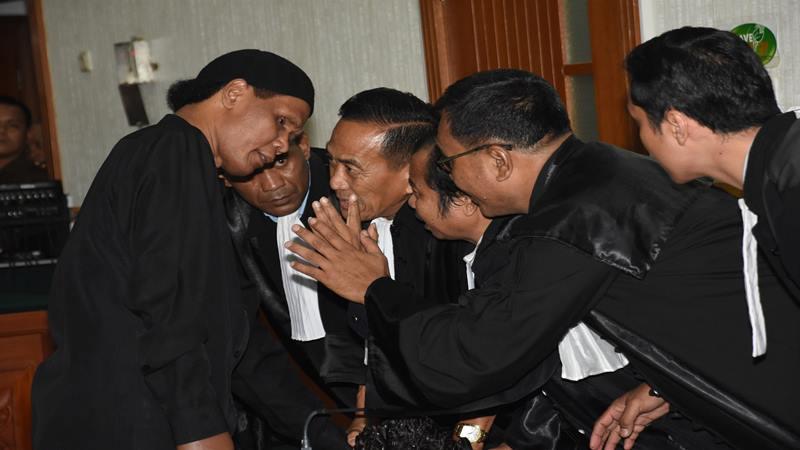 Terdakwa Hercules Rosario Marshal (kiri) berkonsultasi dengan kuasa hukumnya saat sidang putusan terkait kasus dugaan penguasaan lahan PT Nila Alam, Kalideres, Jakarta Barat, di Pengadilan Negeri Jakarta Barat, Rabu (27/3/2019). - Antara