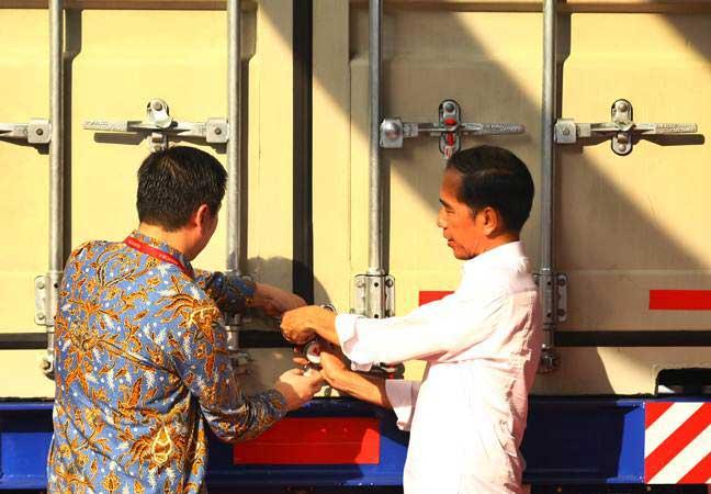 Presiden Joko Widodo (kanan) didampingi Presiden Direktur Mayora Group Andre Atmaja melakukan penguncian kontainer pada acara Pelepasan Kontainer Ekspor ke 250.000 ke Filipina, di Bitung, Tangerang, Banten, Senin (18/2/2019). - ANTARA/Muhammad Iqbal