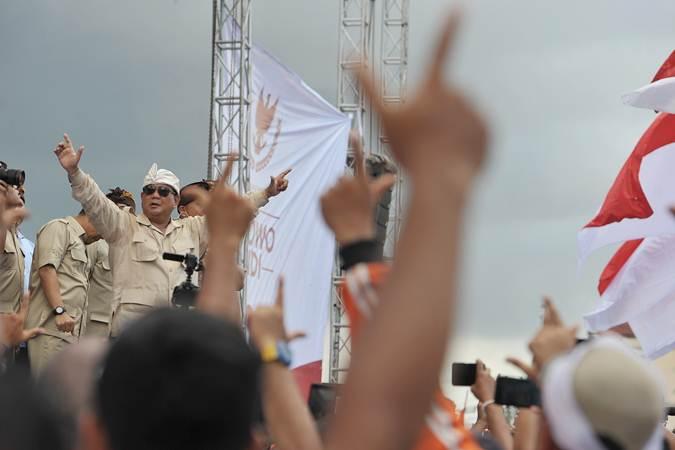 Calon Presiden nomor urut 02 Prabowo Subianto (kiri) menyampaikan orasi politiknya dalam kampanye terbuka di lapangan Kompyang Sujana, Denpasar, Selasa (26/3/2019). - ANTARA/Nyoman Budhiana