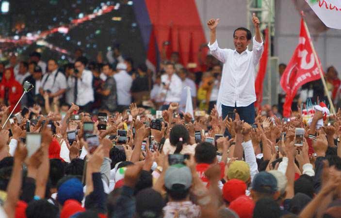 Calon Presiden nomor urut 01 Joko Widodo melambaikan tangan kepada massa pendukungnya saat kampanye terbuka di kota Banjarmasin, Kalimantan Selatan, Rabu (27/3/2019). - ANTARA/Bayu Pratama S