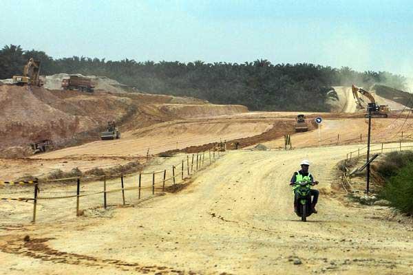 ilustrasi: Pengendara melintas di area proyek pembangunan jalan tol Pekanbaru-Dumai, (25/9). - ANTARA/Rony Muharrman