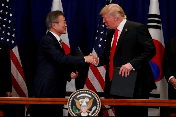 Presiden Korea Selatan Moon Jae-in dan Presiden Amerika Serikat Donald Trump - Reuters/Carlos Barria