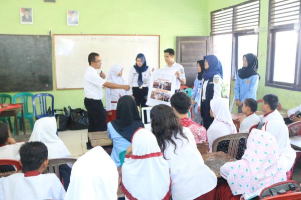 Tim PT KAI (Persero) melaksanakan sosialisasi bahaya vandalisme di salah satu sekolah di Divre 3 Palembang. - Dok. PT KAI (Persero)