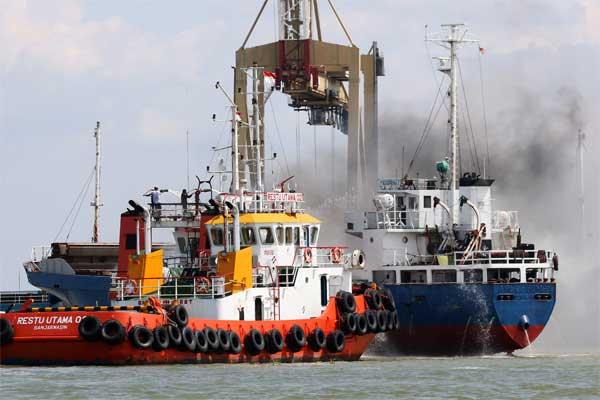 Ilustrasi kapal terbakar - Antara/Didik Suhartono