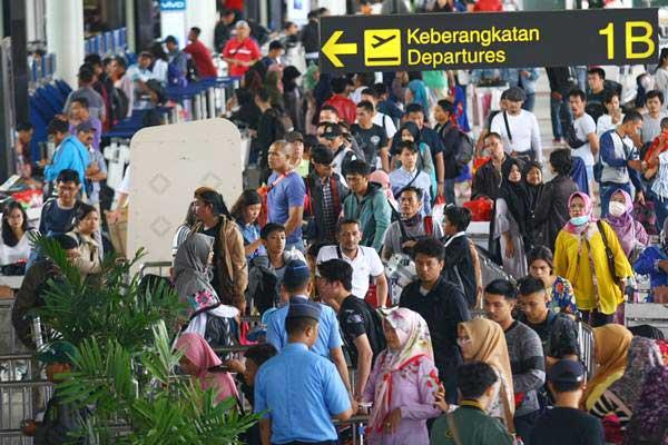 Calon penumpang antre masuk ke dalam terminal untuk lapor diri atau chek in di Termial 1 B Bandara Soekarno Hatta, Tangerang, Banten, Minggu (23/12/2018). - ANTARA/Muhammad Iqbal