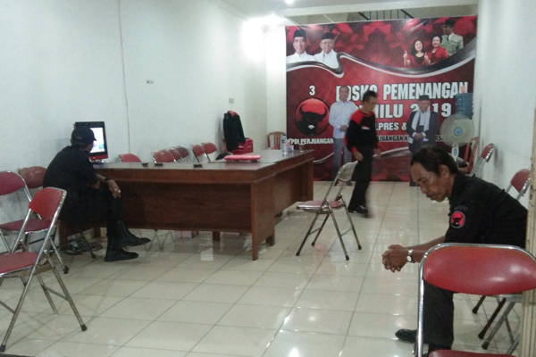 Suasana osko Pemenangan Jokowi-Ma'ruf Amin di Sumber hanya diikuti segelintir orang, Sabtu (30/3/2019) malam. - Solopos/Kurniawan
