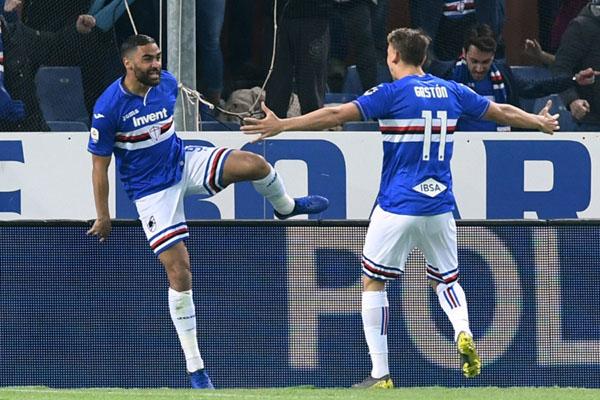 Pemain Sampdoria Gregoire Defrel (kiri) merayakan golnya ke gawang AC Milan bersama Gaston Ramirez. - Reuters
