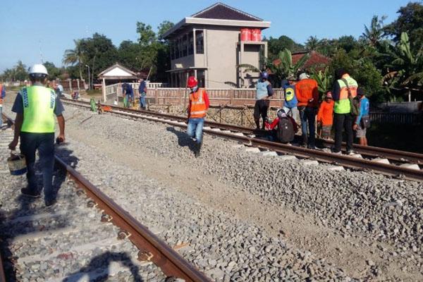 Sejumlah pekerja melaksanakan proyek pembangunan jalur rel ganda Kroya-Kutoarjo di Stasiun Sumpiuh, Kabupaten Banyumas. - Antara/Dok. PT KAI