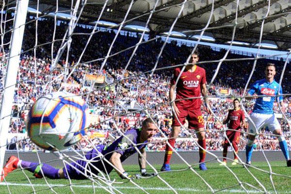 Kiper AS Roma Robin Olsen (kiri) gagal mencegah gol kedua Napoli yang dicetak Dries Mertens (tidak terlihat). - Reuters/Alberto Lingria