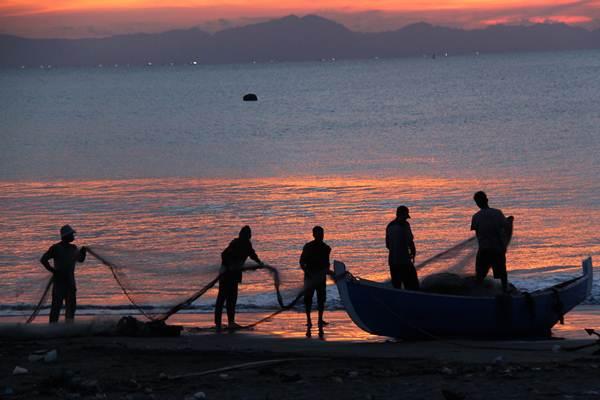 Nelayan tradisional membenahi alat tangkap cantrang atau pukat tarik selepas menangkap ikan di Pantai Kampung Jawa, Banda Aceh, Aceh, Rabu (3/5). - Antara/Ampelsa
