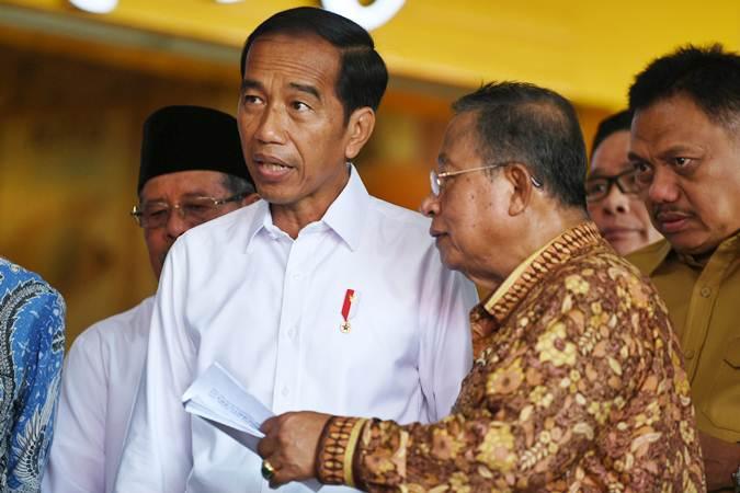 Presiden Joko Widodo (kiri) berbincang dengan Menko Perekonomian Darmin Nasution (kedua kanan) saat meresmikan proyek Kawasan Ekonomi Khusus (KEK) di Bandara Sam Ratulangi, Manado, Sulawesi Utara, Senin (1/4/2019). - ANTARA/Wahyu Putro A