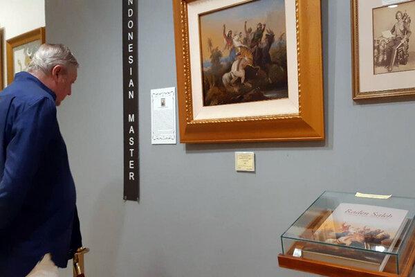Seorang wisatawan mengamati karya Raden Saleh koleksi Museum Pasifika, Nusa Dua, Bali.