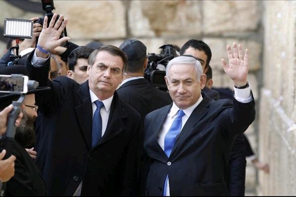 Presiden Brasil Jair Bolsonaro dan Perdana Menteri Israel Benjamin Netanyahu kala mengunjungi Tembok Ratapan di Yerusalem Timur - Reuters