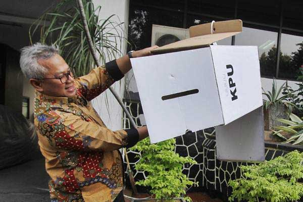 Ketua Komisi Pemilihan Umum (KPU), Arief Budiman, memeriksa kotak suara yang terbuat dari karton tebal kedap air di Kantor KPU RI, Jakarta, Senin (17/12/2018). - ANTARA/Reno Esnir