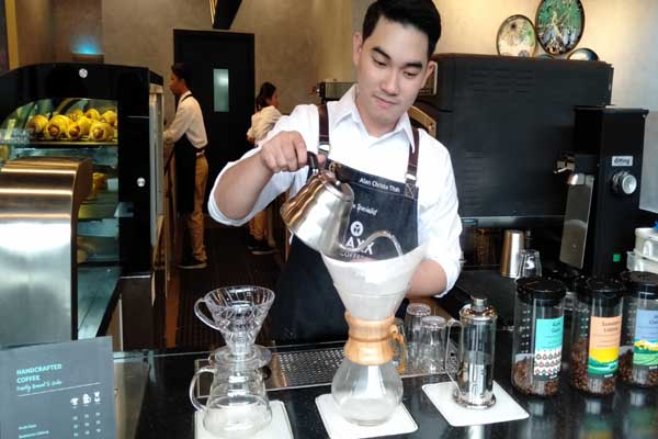 Salah seorang barista sedang menyeduh kopi di MAXX Coffe Semarang - Alif Rizki