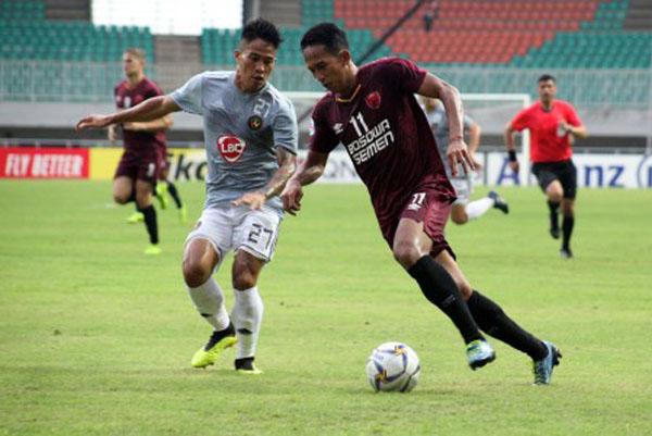 Pemain depan PSM Makassar Muhammad Rahmat (kanan) berebut bola dengan bek Kaya FC Iloilo Shirmar Felongco (kiri) dalam penyisihan Grup H Piala AFC 2019 di Stadion Pakansari, Bogor, Jawa Barat, Selasa (2/4/2019), yang berakhir 1 - 1. - Antara/Yulius Satria Wijaya