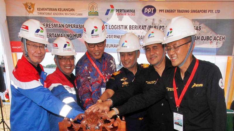 Plt Gubernur Aceh Nova Iriansyah (ketiga kiri), Presiden Direktur Perta Arun Gas Arif Widodo (kedua kiri), Managing Director Arif Basuki (kedua kanan), Kepala Kanwil Direktorat Bea Cukai Aceh Novan Irfyandi (ketiga kanan), dan Managing Executive Officer PPT Energy Trading Singapore Kyushu Electric (kiri) menekan sirine peresmian operasional Pusat Logistik Berikat (PLB) Perta Arun Gas (PAG) di Kilang Arun PAG site Lhokseumawe, Aceh, Selasa (2/4/2019). - ANTARA/Rahmad