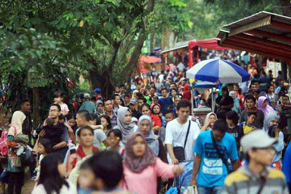 Wisatawan mengunjungi Taman Margasatwa Ragunan, di Jakarta, Selasa (27/6). - Bisnis/Nurul Hidayat