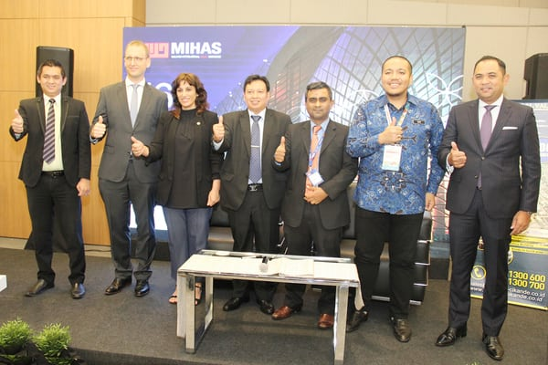 Direktur Utama PT Modern Industrial Estat, Pascall Wilson (keempat kiri) berpose bersama perwakilan dari Cordoba Halal Cluster (Spanyol), Penang International Halal Hub (Malaysia) dan Iskandar Halal Park (Malaysia).seusai penandatanganan Memorandum of Understanding (MOU) dalam gelaran (MIHAS) 2019.