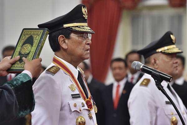 Gubernur Daerah Istimewa Yogyakarta Sri Sultan Hamengku Buwono X (kiri) dan Sri Paduka Paku Alam X (kanan) mengucapkan sumpah jabatan saat pelantikan Gubernur dan Wakil Gubernur DIY di Istana Negara, Jakarta, Selasa (10/10). - ANTARA/Puspa Perwitasari