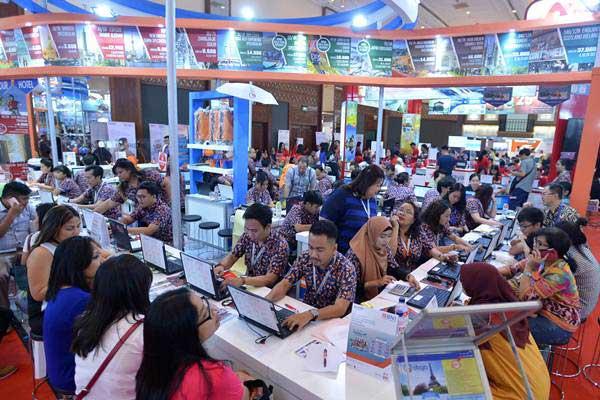 Ilustrasi - Pengunjung mencari info pemesanan tiket pada pameran Garuda Indonesia Travel Fair (GATF) di Jakarta Convention Centre, Jakarta, Jumat (22/9). - ANTARA/Wahyu Putro A