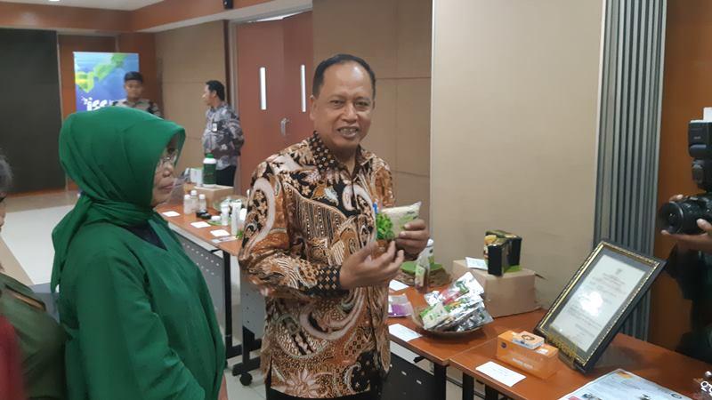 Menristekdikti Mohamad Nasir memperlihatkn tempe produk startup yang mendapat pendanaan dari Kemenristekdikti di Jakarta pada Jumat (5/4/2019). - Bisnis/Leo Dwi Djatmiko