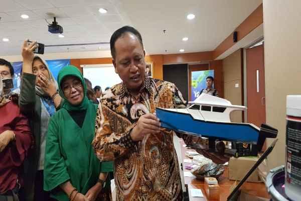 Menteri Riset, Teknologi, dan Pendidikan Tinggi Mohamad Nasir menunjukkan miniatur produk startup anak negeri, Kapal Teknologi Pelat Datar, di Jakarta, Jumat (5/4/2019) - Denis Riantiza M