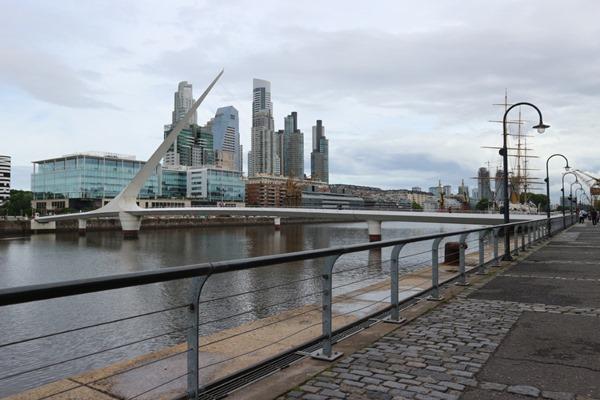 Gedung-gedung tampak terlihat dari pinggir Sungai Rio de Plata, Buenos Aires. - Bisnis/Feni Freycinetia
