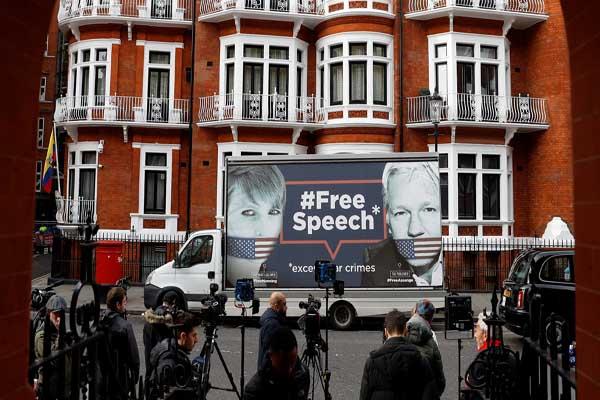 Truk yang membawa poster Julian Assange dan Chelsea Manning muncul di parkiran Kedutaan Ekuador di London - Reuters/Peter Nicholls