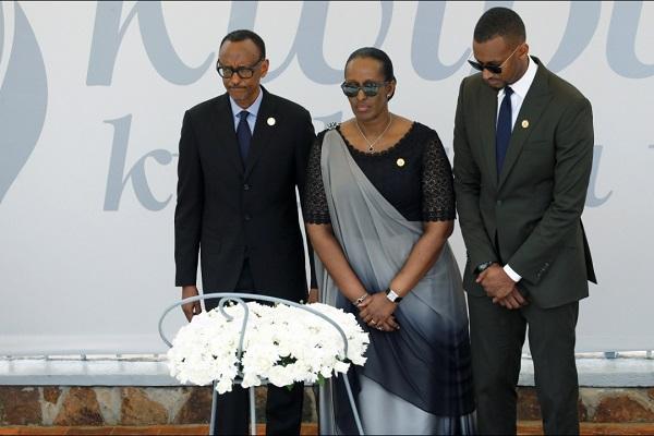 Presiden Rwanda Paul Kagame (kiri) di situs memorial genosida Gizosi - Reuters