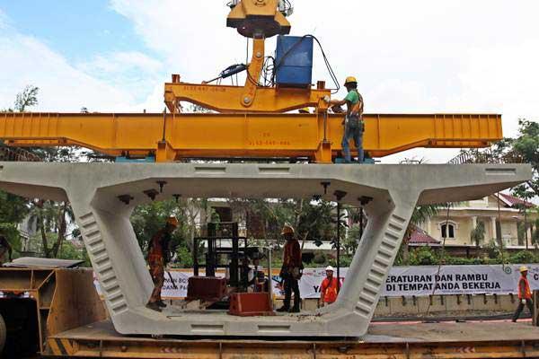 Pekerja memasang pengaman pada gelagar (box girder). - Antara/Galih Pradipta