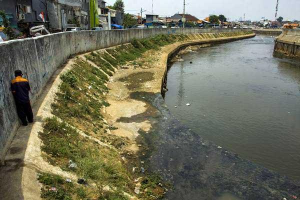 Warga beraktivitas di kawasan Sungai Ciliwung, Jakarta. - ANTARA/Galih Pradipta