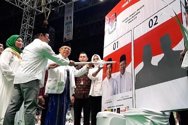 Ma'ruf Amin melakukan simulasi pencoblosan surat suara dalam acara Majelis Taklim Bershalawat, Istora Senayan, Senin (8/4/2019) - Bisnis/Aziz R
