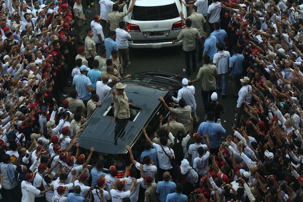 Capres nomor urut 02 Prabowo Subianto  menyapa pendukungnya usai kampanye akbar di Stadion Gelora Bung Karno, Senayan, Jakarta, Minggu (7/4/2019). Kampanye dimulai dengan shalat subuh berjamaah dilanjutkan dengan dzikir dan doa munajat bersama lalu dilanjut dengan pidato Sandiaga dan Prabowo.JIBI/Bisnis - Nurul Hidayat