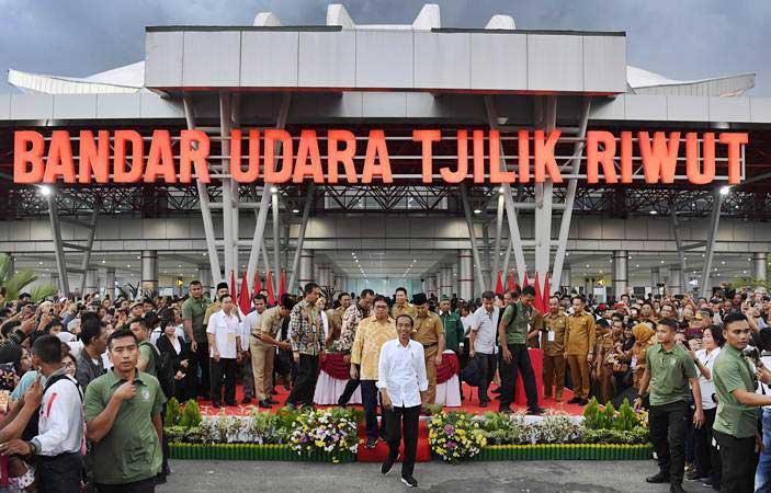 Presiden Joko Widodo (tengah) berjalan usai meresmikan Terminal Baru Bandara Tjilik Riwut di Palangkaraya, Kalimantan Tengah, Senin (8/4/2019). - ANTARA/Puspa Perwitasari