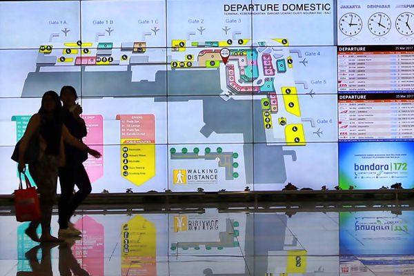 Calon penumpang berada di Bandara I Gusti Ngurah Rai, Bali, Sabtu (24/3). - JIBI/Abdullah Azzam