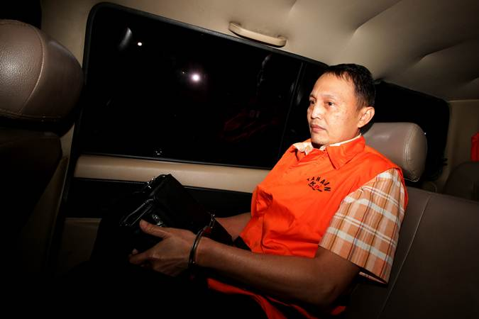 Direktur Teknologi dan Produksi PT Krakatau Steel (Persero) Wisnu Kuncoro mengenakan rompi tahanan seusai menjalani pemeriksaan di Gedung KPK, Jakarta, Sabtu (23/3/2019). - ANTARA/Rivan Awal Lingga