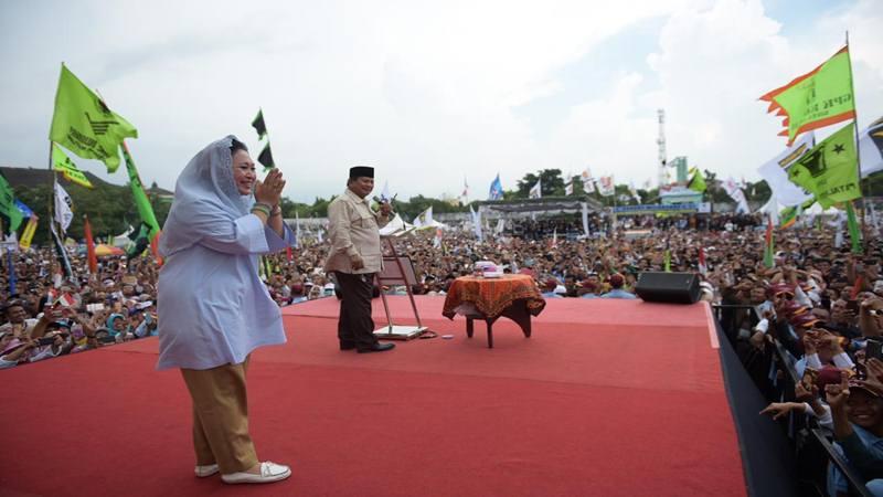 Calon presiden Prabowo Subianto saat memanggil dan menggoda Ketua Dewan Pertimbangan Partai Berkarya Siti Hediati Hariyadi atau Titiek Soeharto di Yogyakarta, Senin (8/4/2019). - Istimewa