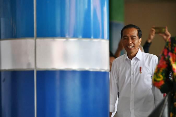 Presiden Joko Widodo bersiap meresmikan proyek Kawasan Ekonomi Khusus (KEK) di Bandara Sam Ratulangi, Manado, Sulawesi Utara, Senin (1/4/2019). - ANTARA/Wahyu Putro A