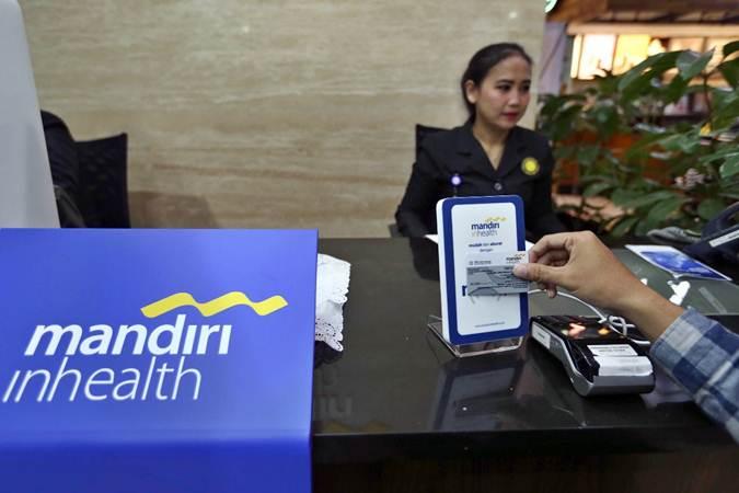 Nasabah melakukan transaksi dengan mesin MI TAP usai peresmian konter khusus Mandiri Inhealth, di MRCCC Siloam Hospitals Semanggi, Jakarta, Selasa (9/4/2019). - Bisnis/Nurul Hidayat