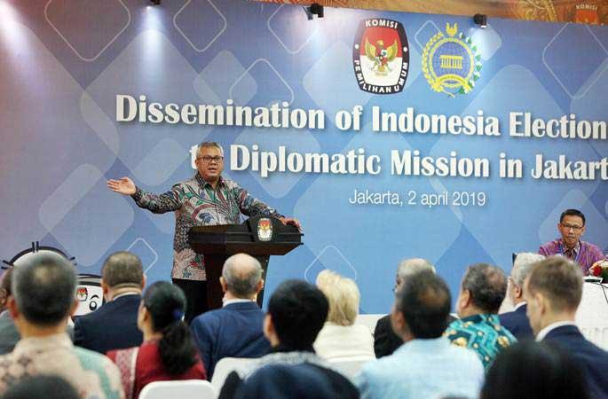 Ketua KPU Arief Budiman (kiri) didampingi Ketua Pokja Pemilu Luar Negeri (PPLN), Wajid Fauzi (kanan) memberikan paparan pada acara Diseminasi dan Berbagi Informasi tentang Pemilu 2019, di kantor KPU Pusat, Jakarta, Selasa (2/4/2019). - ANTARA/Reno Esnir