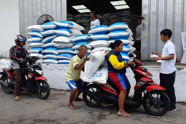 Petugas melakukan distribusi pupuk pada para petani di Gudang Penyimpanan Pupuk Pusri, Klaten, Jawa Tengah, Rabu (10/4)./Bisnis - Dhiany