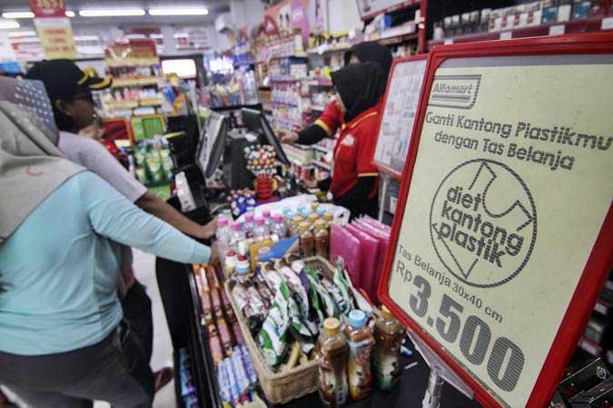 Pramuniaga melayani konsumen di salah satu mini market di kawasan Jakarta Timur, Jumat (1/3/2019). - ANTARA/Dhemas Reviyanto