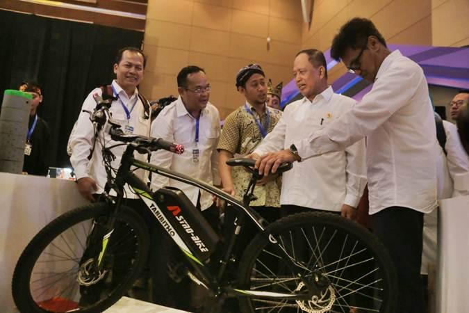 Menristekdikti Mohammad Nasir (kedua kanan) bersama Sekretaris Jendral Ainun Na'im (kanan) mengunjungi stan produk startup pada Indonesia Startup Summit 2019 di JIExpo Kemayoran, Jakarta, Rabu (10/4/2019). - Bisnis/Felix Jody Kinarwan