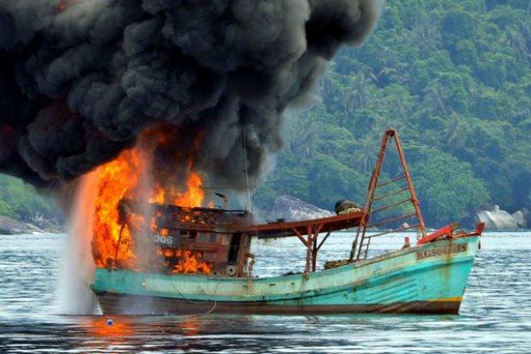 Penenggelaman kapal akibat aktivitas illegal fishing di perairan Indonesia - Ilustrasi/www.radionz.co.nz