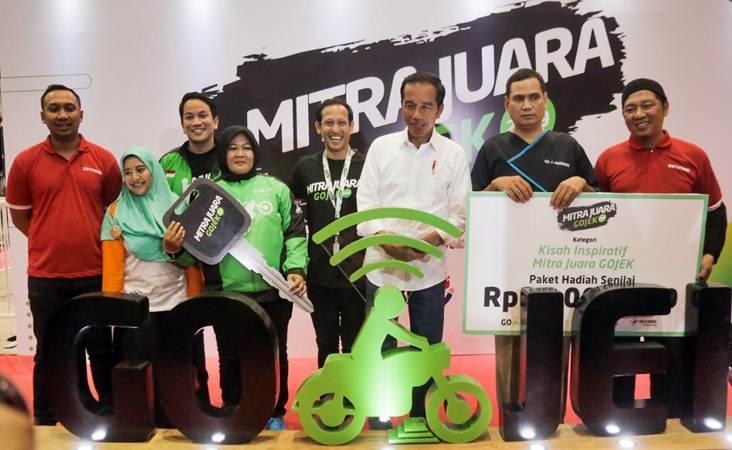 Presiden Joko Widodo (ketiga kanan) didampingi Founder Go-Jek Nadiem Makarim (keempat kanan) berfoto bersama pemenang penghargaan Mitra Juara Go-Jek 2019, di Jakarta, Kamis (11/4/2019). - Bisnis/Felix Jody Kinarwan